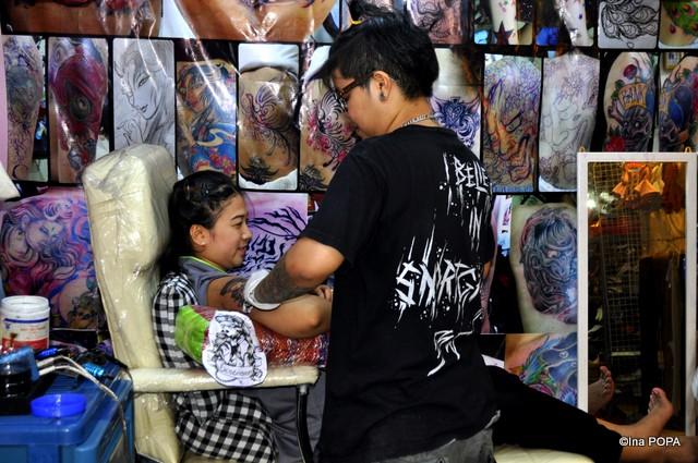 Salon de tatuaj in piata