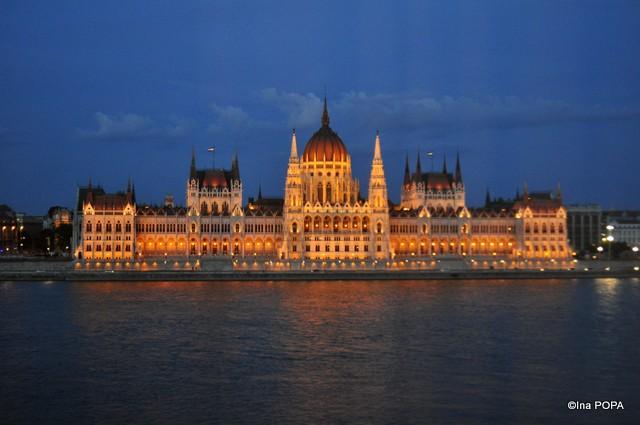 Parlamentul de la fereastra hotelului