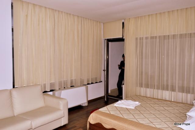 camera primitoare cu doi pereti numai geamuri