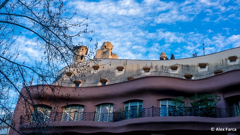 Vedere de pe terasa magazinului: Casa Mila