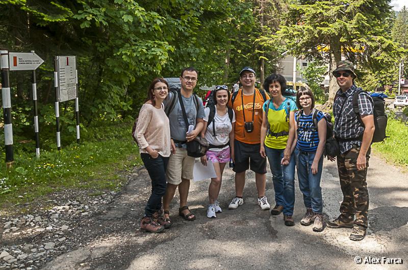 Grupul nostru la intrarea pe traseul spre Cabana Fantanele