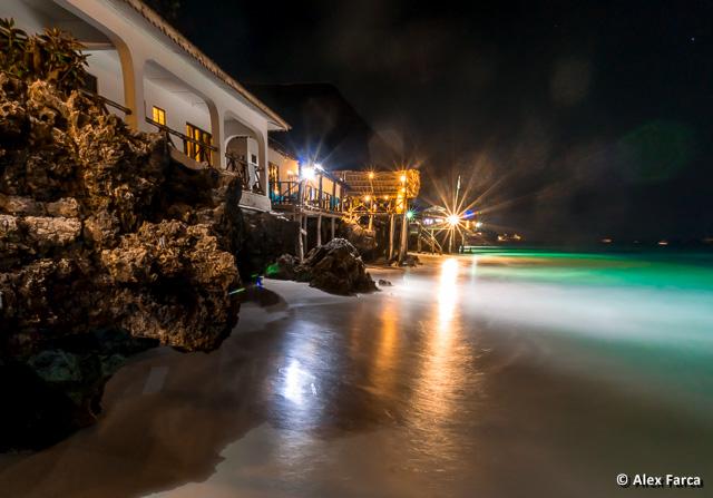 Plaja din Zanzibar luminata noaptea