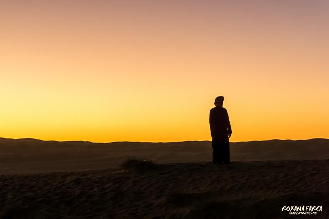 Oman, beduin spunandu-si rugaciunea, la apus