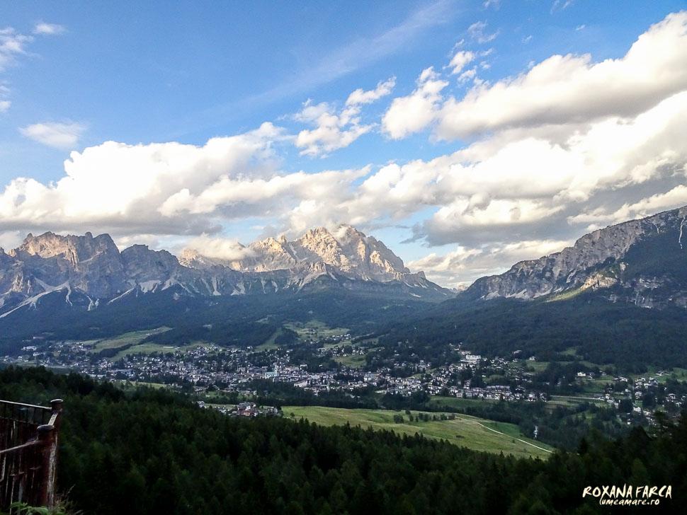 Cortina d'Ampezzo văzută de departe.