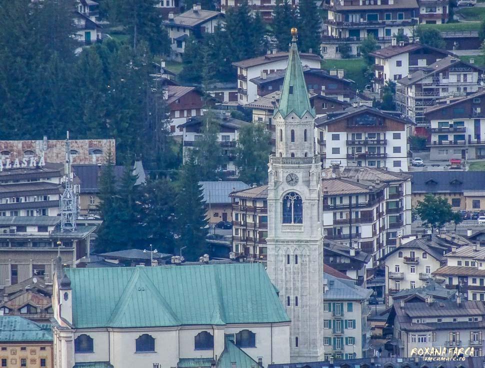 Cortina d'Ampezzo văzută din acelaşi punct, prin zoom.
