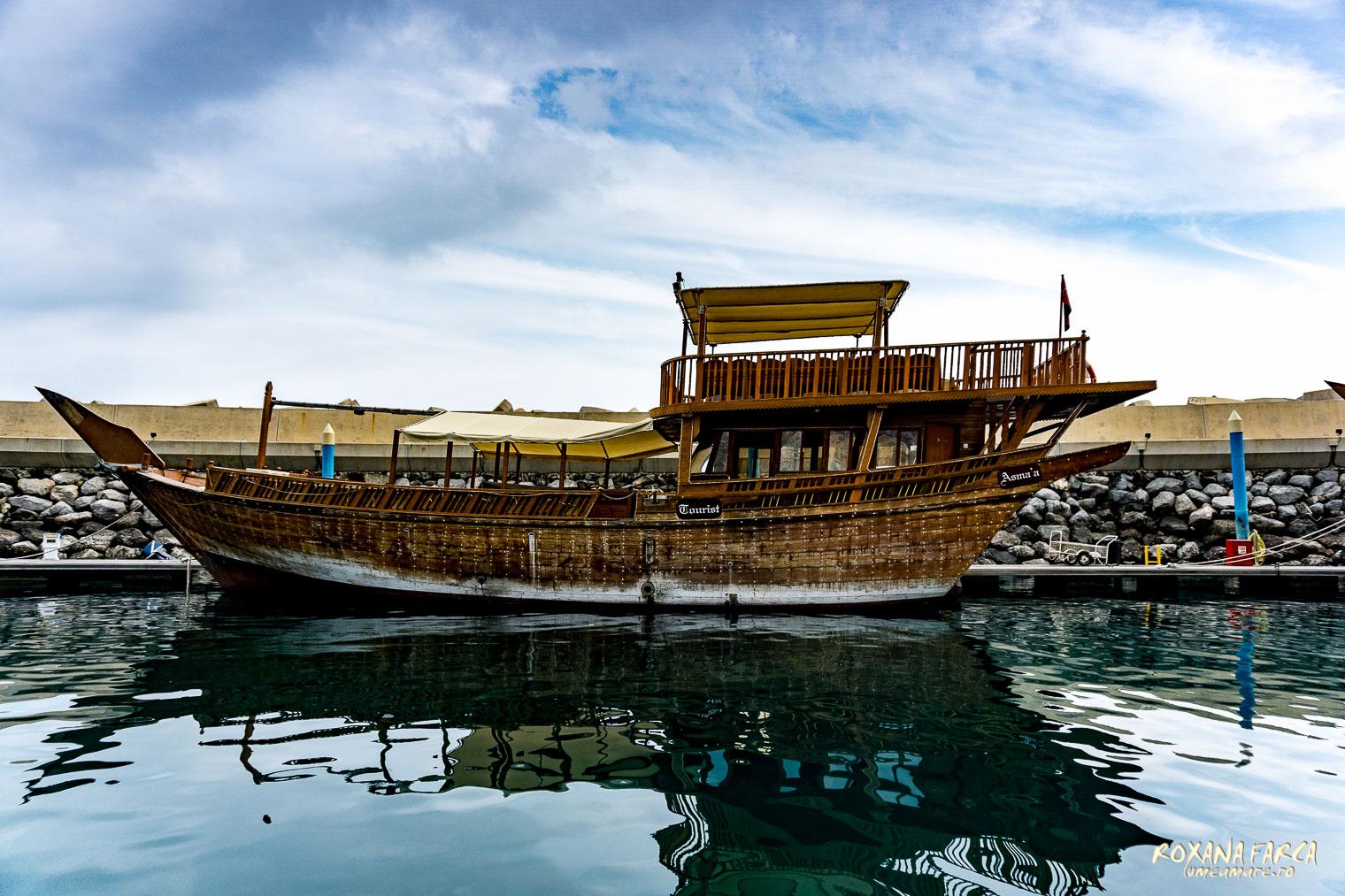 Bărci tradiționale în port