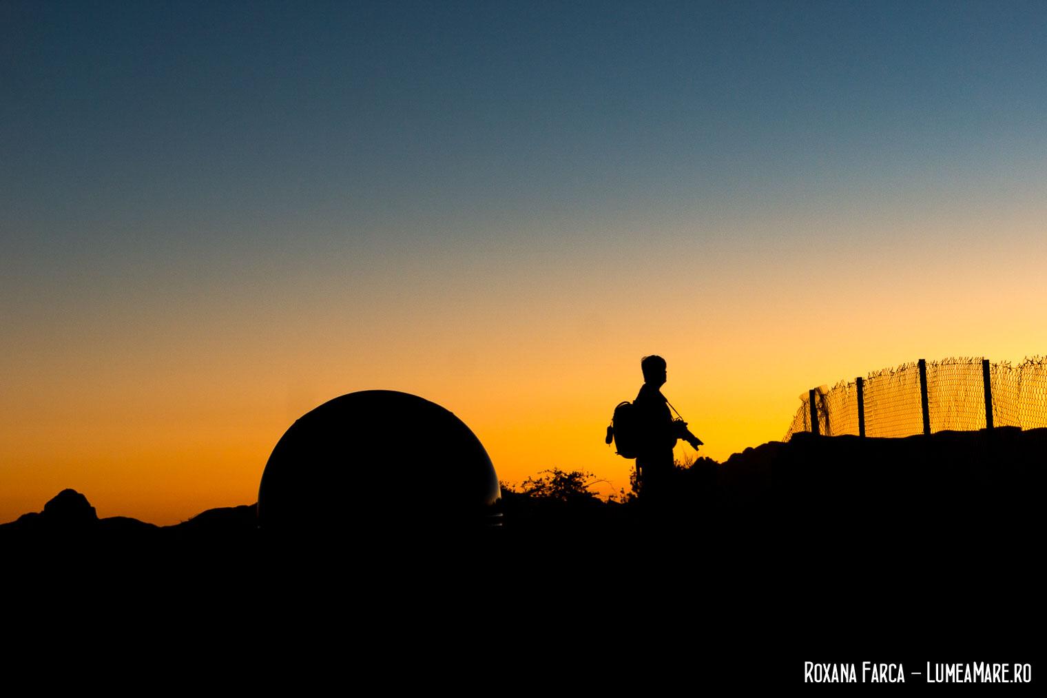 Fotograf cautand apusul pe Jebel Shams