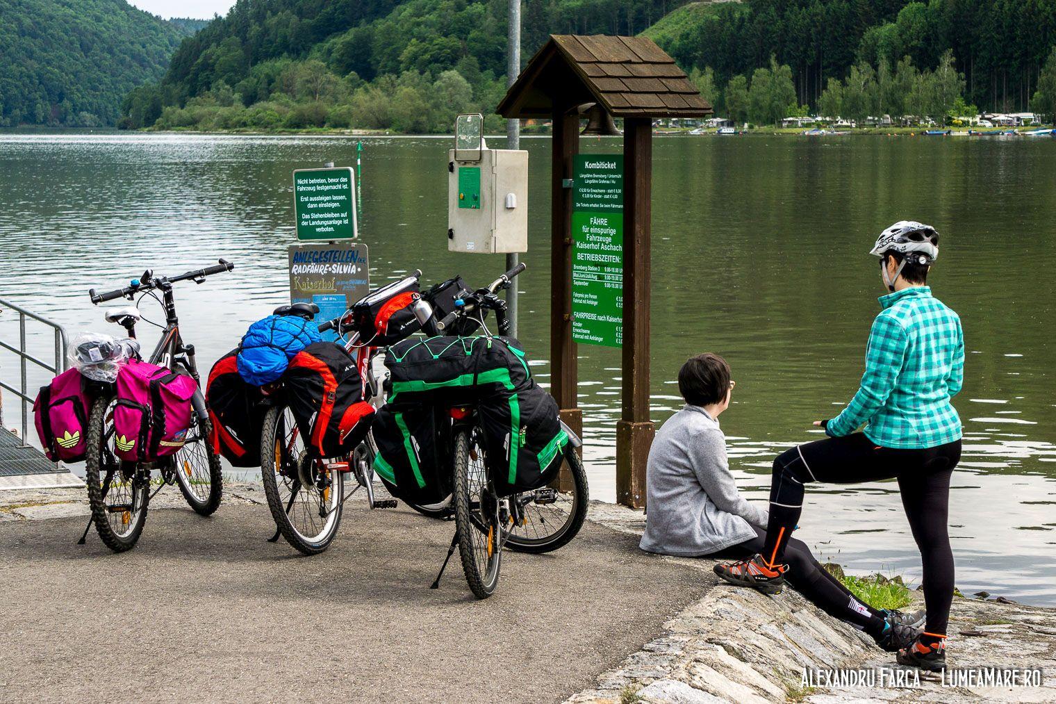 Așteptând traversarea pe celălalt mal al Dunării.