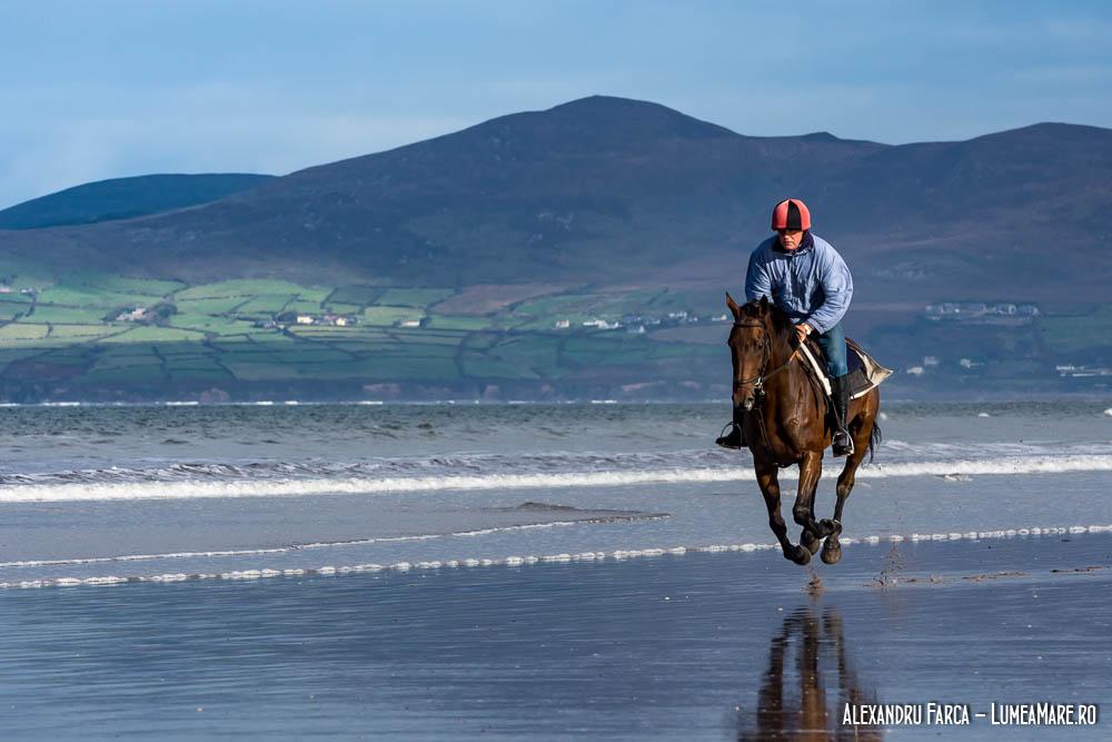 Călăreț pe una dintre plajele de pe Ring of Kerry - Rossbeigh Beach