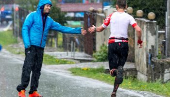 Mihai Orleanu felicitând un alergător la EcoMarathon